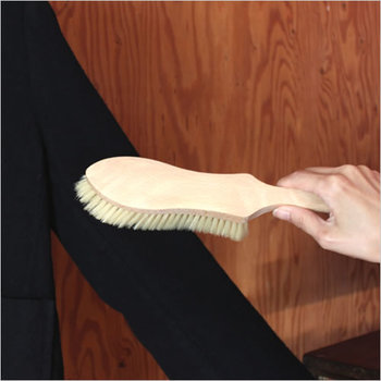 特にコートの襟や袖口など、肌に直接触れる部分は汚れが付きやすいので、忘れずにブラッシングを。  前身頃、後身頃の他にもポケットに至るまで丁寧に行いましょう。