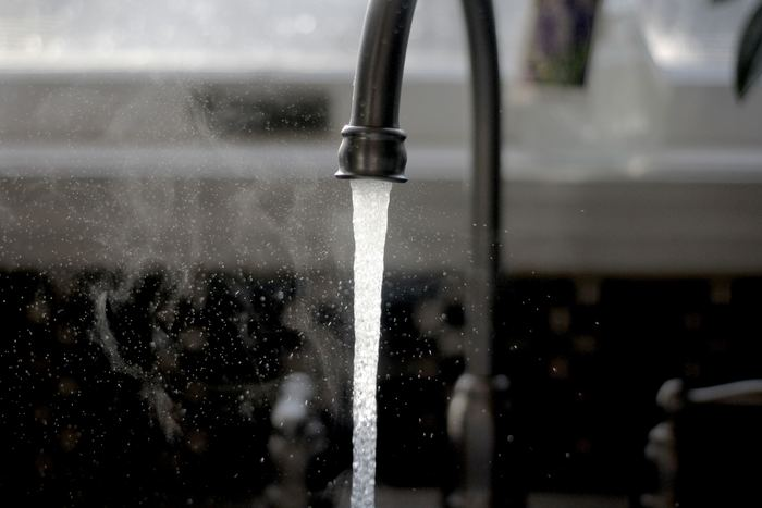 洗顔のすすぎ温度は肌の乾燥に影響します。冷たい水や熱すぎるお湯での洗顔は、乾燥を招くNGケア。水温は33~35度程度のぬるま湯が良いとされています◎