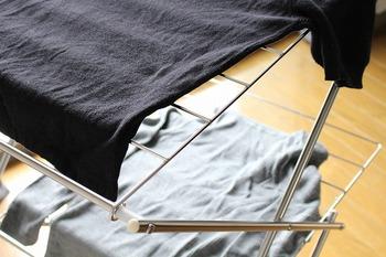 洗濯表示を見て干し方を確認しましょう。吊り干しの場合は型崩れしないように、肩のサイズが合い、重さにしっかり耐えられ、厚みのある太くてしっかりしたタイプのハンガーを使いましょう。  平干しの場合は、充分に広げて干せるような場所や強度のある平干し用のネットなどに干しましょう。