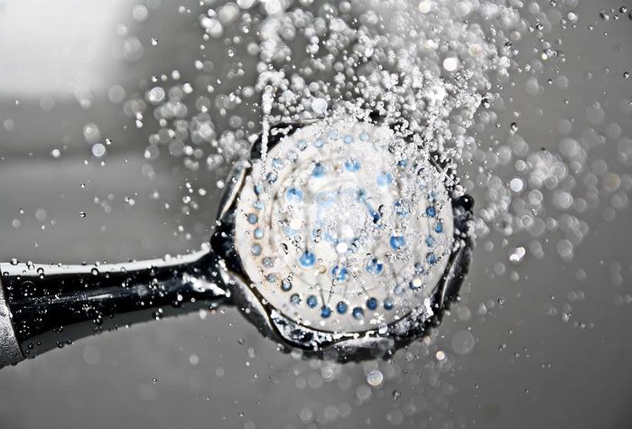 入浴時に、シャワーを使って一気に顔をすすいでしまっていませんか?実はこれもNGです。 顔のすすぎ洗いに、シャワーの水圧は強すぎます。肌への負担となり将来肌のたるみにもつながりかねません。入浴中の洗顔も必ず両手にぬるま湯をためて、ていねいにすすぎ洗いしてくださいね。