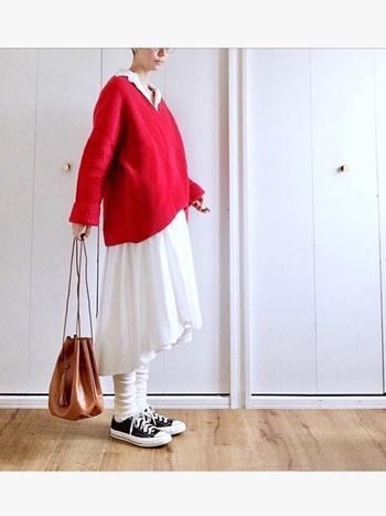 アクセントカラーに「赤」を使った着こなしをご紹介しました。「ちょっと抵抗がある…」という方も、小物で差し色として使ってみるだけでも、スタイリングの鮮度がアップしますよ♪ぜひこの冬は、赤を上手に効かせて、ワンランク上の着こなしを楽しみましょう。