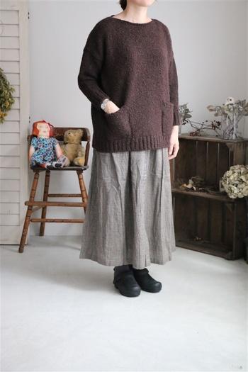 枯葉散る秋は優しく肌触りも良いリネン素材のロングスカートが◎。秋冬にも着られるリネンのスカートを選ぶなら、ウール混のものがおすすめです。ラフなニットとの相性も良いので着ていてとっても気持ちが良いですよ。