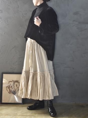 リネン50、コットン50のフリルが大人可愛いベージュのロングスカートはトップスとシューズをブラックでまとめて大人クールに着こなしたい。