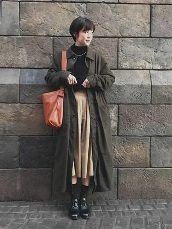秋らしいカーキのシャツワンピースをアウター代わりにした重ね着スタイル。キャメルのレザーバッグとレザーシューズでこっくりとした着こなしに。