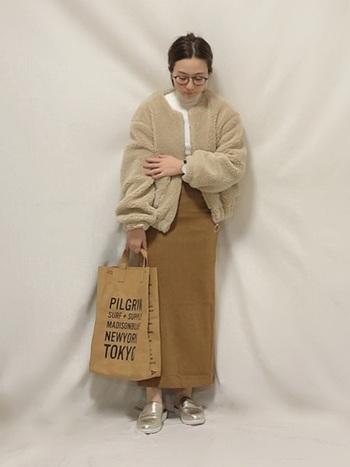 流行りのフワモコジャケットとベージュのロングタイトスカートを合わせた冬のおしゃれなグラデーションコーデは早速真似したいスタイルです。