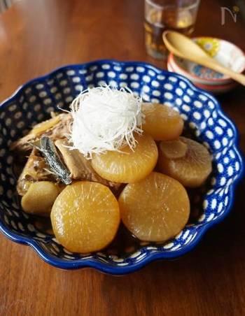 大根の真ん中の部分は、煮物や焼物向き。冬においしいぶり大根などいかが?こちらは、大根を主役にしたレシピで、大根がたっぷりと消費できます。ブリはあらを使って深いうまみを出し、生姜で爽やかな風味づけを。