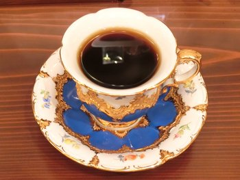 """神戸発祥のコーヒー専門店で、こちらの看板メニューの一つでもある""""バターブレンドコーヒー""""は、丁寧にドリップされたコーヒーと、豊潤なバターの香りとコクが広がります。 コーヒーにこだわりのある方も通う、古くからの人気店です。"""