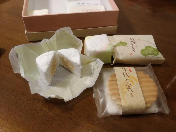 画像左にある「越乃銘菓 雲がくれ」は、名のとおり月が雲に隠れているような美しい姿のお菓子。ふわしゃりの不思議な食感の生地は、卵白と寒天、氷砂糖でできたもの。黄身餡の程よい甘さがマッチした上品なお味です。他にも松の姿をした「ひむらぎ」、こがね餅を餡子で包んだ新潟らしい「あんころもち」なども米納津屋さんの人気のお土産です。