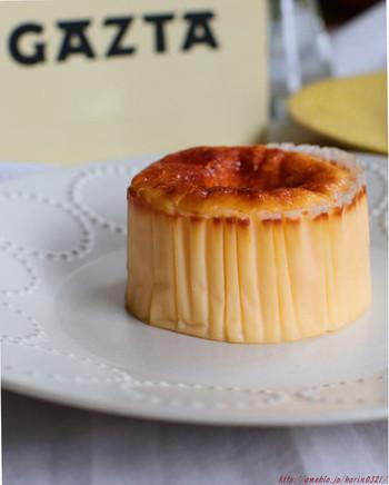 焼き色がキレイな「GAZTA(ガスタ)」のバスクチーズケーキは、なめらかな食感でチーズの風味が濃厚。直径8cmと15cmの2種類から選べます。