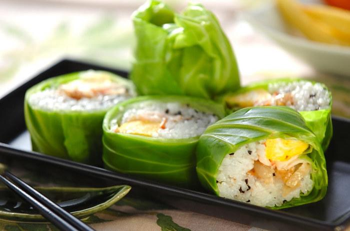 キャベツの緑色が鮮やかな巻き寿司風。おもてなしの和食膳にもぴったりなおしゃれさですね。まるでサラダ感覚で楽しめる爽やかな寿司ロールです。
