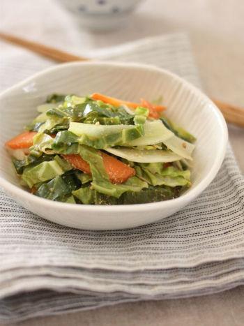キャベツの芯も外葉もおいしく楽しめる一品。オイルをからめて蒸し煮することで、かたい部分も柔らかくなります。調理の際つい取り除いてしまいがちな部分も、無駄なくおいしくいただきましょう。