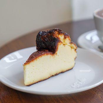 「オクサワ・ファクトリー・コーヒー・アンド・ベイクス」のバスクチーズケーキに添えられているのは、フランス・ブルターニュ地方のゲランドの塩。甘みが引き立ち、チーズのコクが広がります。