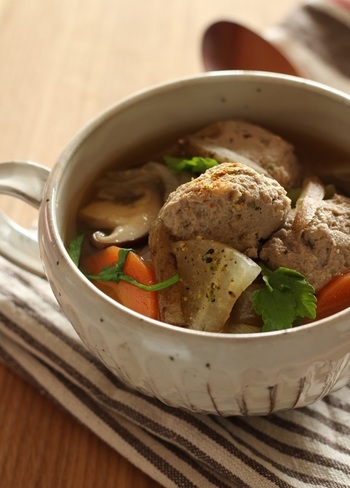 ふわふわで柔らかいイワシのつみれ。つみれには味噌を入れているので、魚臭さは気になりません。