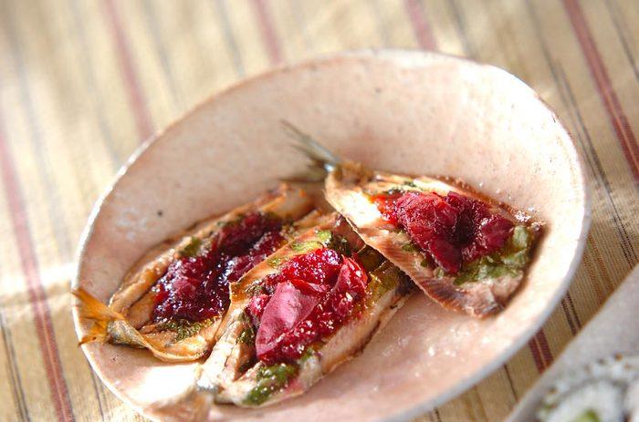 梅のペーストの酸味に大葉のさわやかな風味がよく合う和風レシピ。梅の赤い色がパッと食卓に映えて、見た目にもおいしそう。