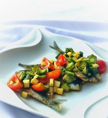 イワシをオリーブオイルで揚げ焼きしてマリネに。たっぷりの夏野菜がカラフルですね。