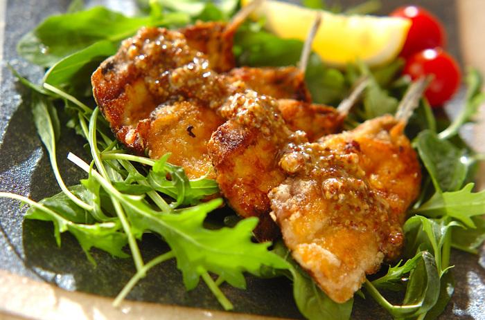 イワシにマスタードをぬって、フライパンで焼きました。カリカリとしたクリスピーな食感と、粒マスタードのソースの粒々感がポイントに。
