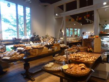 土日限定の朝食パンビュッフェも大人気!10時からはランチメニューにチェンジするそうです。種類豊富な自家製天然酵母パンで幸せな1日を。