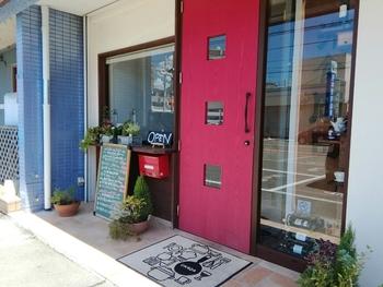 目印の素敵な赤い扉にワクワクしてしまいそう。本場の洋食をランチで一度体験してみてくださいね。