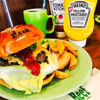元気一杯、カラフルでアメリカンな雰囲気溢れるハンバーガー屋さん「リーフバーガー」。厚さが10センチ以上ありそうなボリューム満点の美味しいハンバーガーに、彼や子供達も大喜びしそう♪
