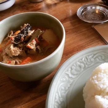 エスニックな気分の日に訪れたい、タイ料理のお店「路家」。ほっとする居心地のいい店内で、マッサマンカレーやグリーンカレーを味わうことができます。