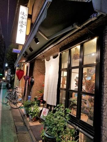 四ツ谷にある「徒歩徒歩亭」は有名ラーメン店「支那そば屋 こうや」の系列店。麺類とお粥がメインの中華料理店です。