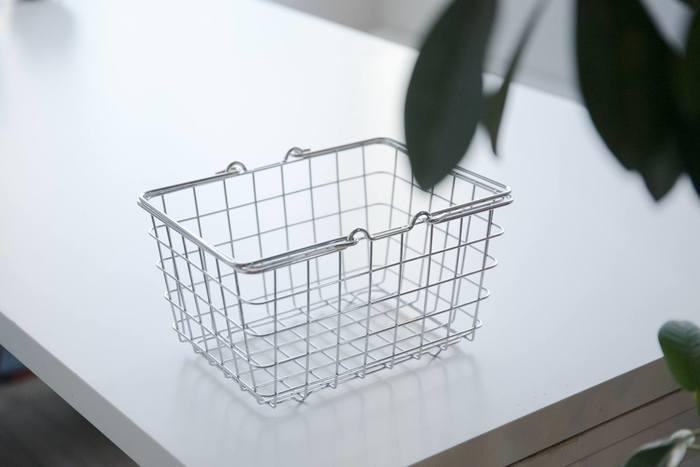 入浴用アイテムやお掃除グッズなど、使うタイミングが限られている物はこんなバスケットにまとめてみてはいかがでしょう? 水や湿気に強いスチールクロームメッキのランドリーバスケットなら、底に小さな足が四つ出ているので床に密着せず、水切れもバッチリです。普段は浴槽の中など邪魔にならない場所によけておき、必要な時に持ち出してくればOK。洗面台周辺には身支度によく使うものだけを置くことができるのでスッキリ片付きます。