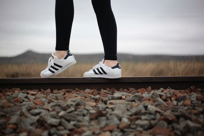 運動というと苦手意識を持つ方も多いかもしれませんが、そんな方にはウォーキングがおすすめ。体にかかる負担も少なく、自律神経のバランスも整うのでリフレッシュ効果が期待できます。最寄駅の一駅手前で下車して歩くなど、手軽に始められることからチャレンジしてみてください。ウォーキングや散歩をすることで、今まで気が付かなかった街の魅力に出会えるかもしれません。