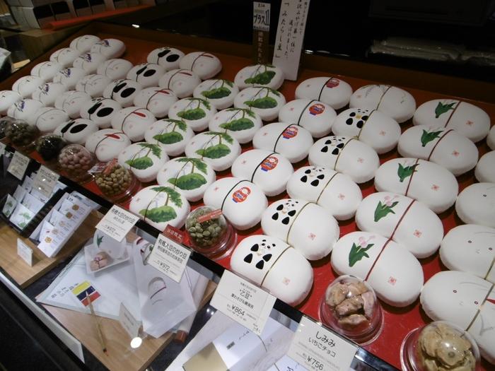 「まめや金沢萬久(ばんきゅう)」の商品も、贈り物にぴったり。  加賀や能登の有機大豆を使った豆菓子、金沢の伝統的工芸品である金箔を使用したカステラなど、石川県ならではのこだわりを持ってつくられた和菓子を楽しめます。  なかでもおすすめは、豆菓子の「しみみ」。このとおり、かわいい絵が施された豆箱が大きな魅力♪季節によって干支や花、動物などの絵柄を選ぶことができます。