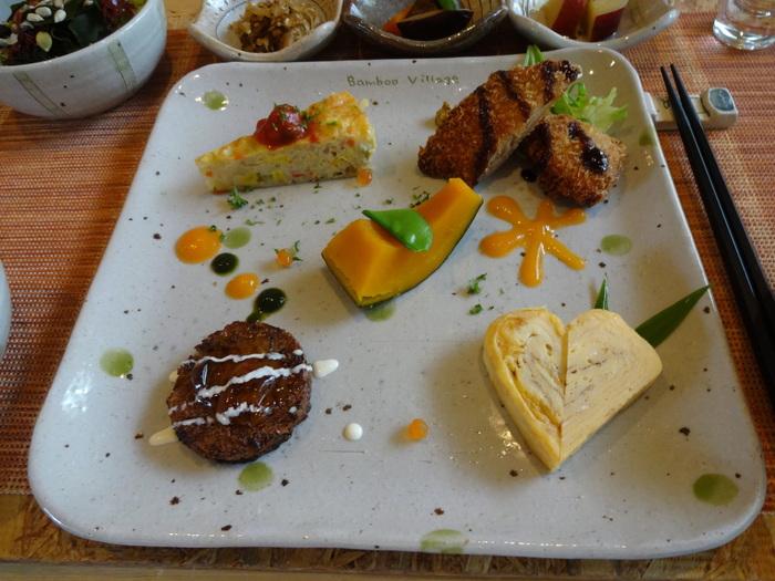 ワンプレートにオシャレに盛り付けられたお料理がとても可愛らしい、ヘルシーな「バンブービレッジ」のランチ。ランチ後の小休止には、14:30~16:00限定のワンコインケーキセットもおすすめです。