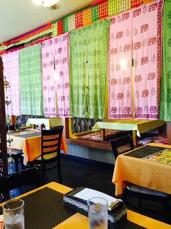 店内には、お座敷席とテーブル席があります。TVから流れるインドの音楽に酔いしれながら、異国情緒をたっぷり味わえますよ。
