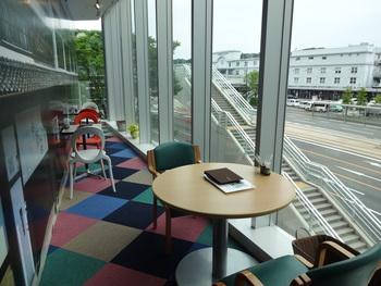 全面ガラス張りのスタイリッシュな席で熊本駅を眺めながらのお昼ご飯もおすすめです!