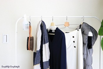 【IKEA】の「MULIG(ムーリッグ)」は、真っ白なバーのみという無駄のないシンプルな作りが人気。S字フックを使えば、洋服ブラシなどのお手入れアイテムも一緒に掛けられます。