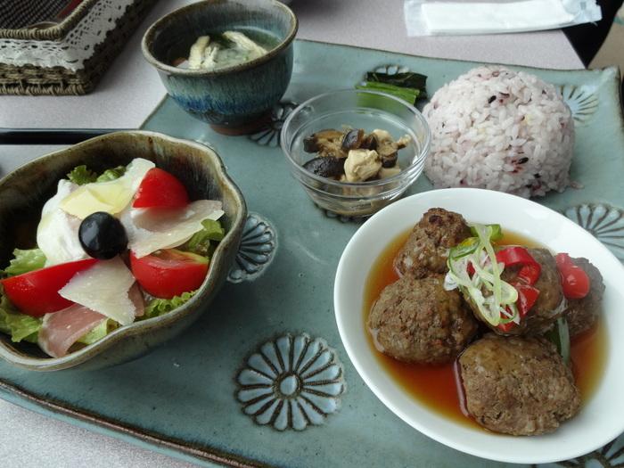 熊本駅近くの「熊本森都心プラザ」内2階にある「わくわくカフェ」。体が喜ぶ熊本のお野菜がたっぷり使われているランチを、素敵な和のプレートで味わえます。