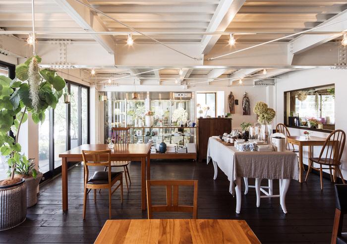二本木に2016年にオープンしたお花屋さんが運営するギフト&カフェ。定番のギフトはもちろん、緑やお花などのギフトが手に入るほか、テラス席もあるナチュラルで緑溢れる店内で優雅なランチタイムを過ごすことができます。