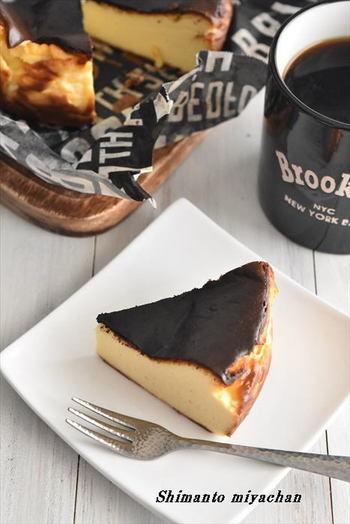 クリームチーズのコクが際立つ、プレーンヨーグルト入りのバスク風チーズケーキ。プレーンヨーグルトはしっかり水切りするのがコツ。15cmの丸型1台分(6人用)のレシピなのでお友達とのおうちカフェにもおすすめです。