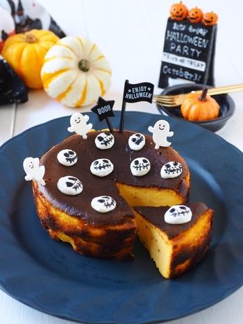 ハロウィン時期のおもてなしにぴったりな、かぼちゃの裏ごしを混ぜたバスク風チーズケーキ。かぼちゃのやさしい甘みを感じるチーズケーキです。