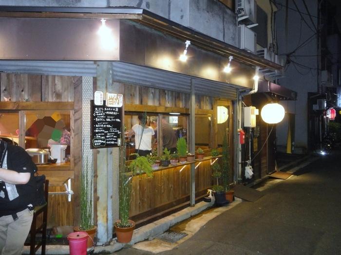 """B級グルメというと、こってりした料理のイメージをお持ちの方が多いかと思いますが、広島でホットなB級グルメは、「ホルモン天ぷら」。  その名の通り、""""ホルモンの天ぷら""""なんですよ♪そこで気になる方にぜひおすすめしたいのが、「エキニシ」にある『当力 (あたりき) 』です。窓から店内を覗くことができ、「お客さんでいっぱいかな?」と気軽に様子をうかがえるのがいいですね*"""