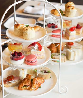 ホテルグレイスリー8Fにある、テラス付ラウンジ『ボンジュール』でいただけるアフタヌーンティー。軽食と季節のスイーツやケーキがいただけます。