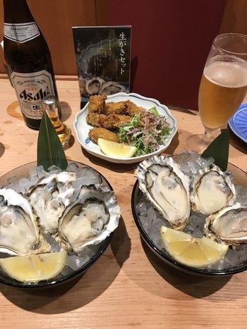 「かなわ」では、ぜひ、広島特産の牡蠣を召し上がれ。かきめし、焼きかき、牡蠣フライなど、お手頃な価格で贅沢に味わうことができます。  筆者の一押しは、「生かきセット」。濃厚かつクリーミーな味わいで、新鮮な証拠!広島を訪れたら、まずいただきたい逸品です。