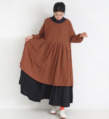 くったりとした質感のリネンプルオーバーはたっぷりと布地を使って、ぬくもり感を演出。長めのコートを羽織ったら、室内との温度差が激しい冬にも快適に過ごせます。
