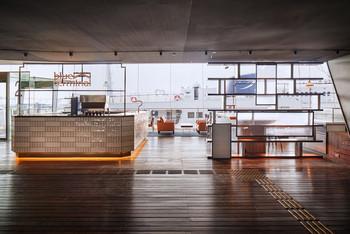 """こちらは""""横浜港大さん橋国際客船ターミナル""""内にあるカフェ&ダイニング。モーニング、ランチ、ディナーと1日中食事やドリンクを楽しめます。"""
