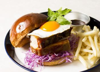 しっかりと食べ応えのあるハンバーガーは、ランチにぴったりですね。