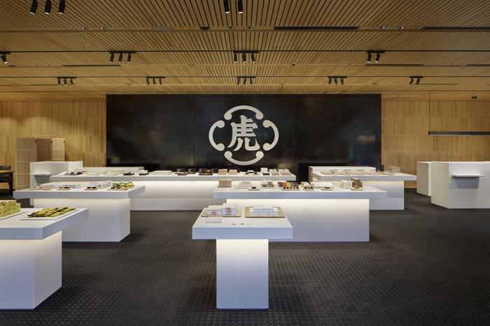 日本を代表する和菓子の老舗「とらや」。なかでも、竹皮包みの羊羹は、江戸時代の御用記録にも残る歴史のあるお菓子で、言わずと知れた人気の品となっています。