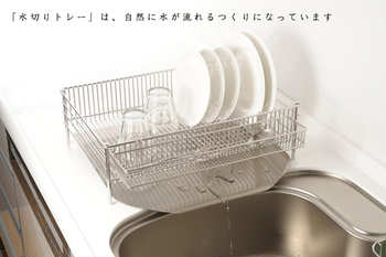 """そして、カビが気になる""""水切りトレー""""は、水切りかごの足の内側に収まる設計になっているので、洗った食器から落ちる水滴をきちんと受け止め、かつトレー自体が斜めに傾いているので、洗う時にも、いちいちかごを持ち上げなくて済みます。  「水切りかご」は、トレーに水がたまってしまうというのが難点と感じている人も多いと思いますが、これならヌメリやカビの発生も防げて安心ですね!"""