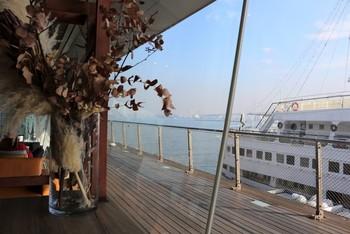 客船が停泊していれば、船を見ながら寛ぐことも。遠くに来たような気分に浸れます。