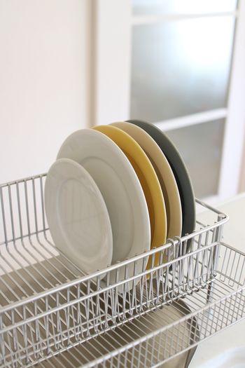 あまり大きなお皿を立てることは出来ませんが、普段使いなどの20cm位のお皿ならスッキリと収納することが出来ます。