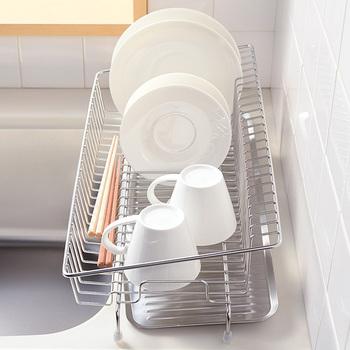 シンク横のちょっとした隙間を無駄なく使えるレイエの「水切りカゴ」は幅18cmとコンパクトなスリム設置なので狭い場所にも置けて、とっても便利です。 勿論、こちらもの水受けトレーにも傾斜が設けてあるので、たまった水がそのままシンクに流れ落ちるようになっています。コンパクトながらも、22cmまでのお皿やコップなどを安定して並べることができるスペースも十分。お箸やスプーンなどのカトラリー置きも付いています。