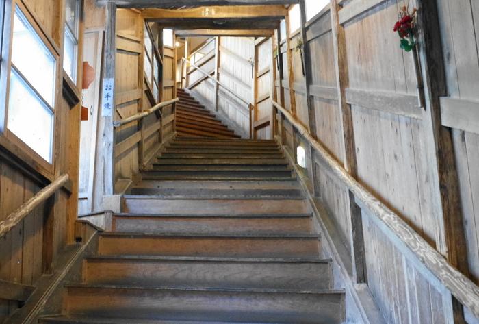 露天風呂へ降りる階段は八十八段。途中休憩をしながらゆっくりと進み、タイムスリップを楽しんでみては?「五味五色五法」という和の技法が組み合わせられている自慢の出来立ての会席料理も、おすすめです。