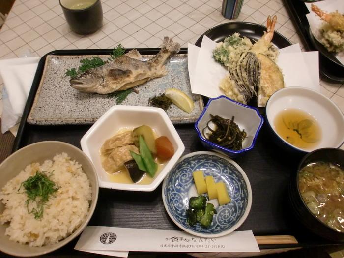 華厳の滝から歩いて2~3分のところにある「お食事処 なんたい」。ランチでは、中禅寺湖で獲れたヒメマスを使った「ヒメマスの塩焼き膳」がおすすめです。新鮮なヒメマスは臭みがなく、皮はパリッ中はふんわり。湯葉や天ぷらもセットになっていて、日光の名物を一度に味わえます。