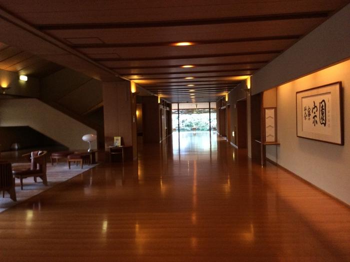 真の日本旅館を目指したという「秋保温泉 茶寮宗園(さりょうそうえん)」。広々とした和風の数奇屋風造りの中は、ゆったりとくつろぐことができる大人の空間。